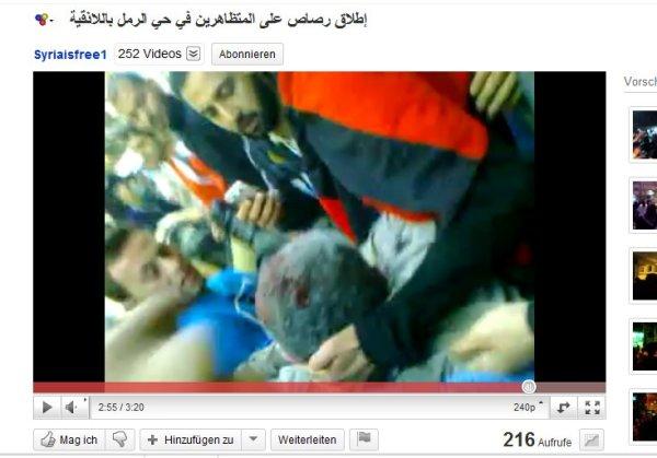 min 2.55 Der Kopf des Opfers wird angehoben, der eine Mann filmt ausgiebig das Gesicht