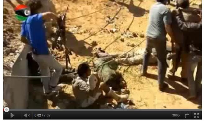 Hier lebt der junge Mann noch, Später liegt auch der junge Mann mit dem blauen T-Shirt tot am Boden