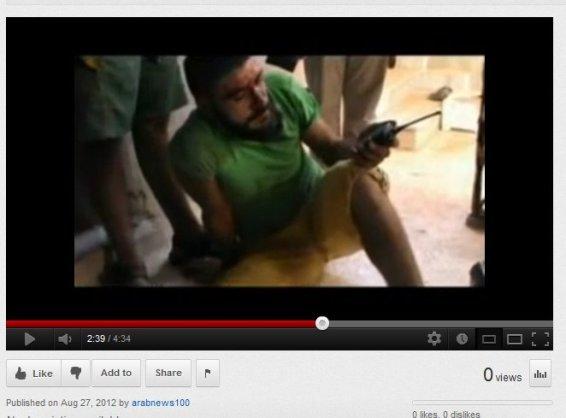Mann mit gelber Hose in der Hand von Terroristen