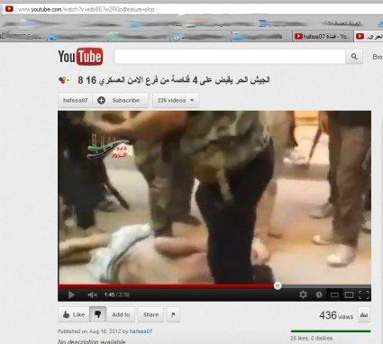 Eine Geisel am Boden mit weißer Boxer-Shorts, umringt von einem mörderischen Mob.