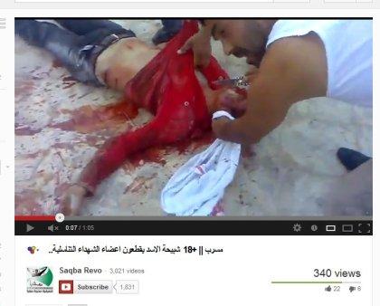 Zwei abgeschlachtete Männer deren Leichen propagandawirksam geschändet werden durch die FSA-Milizen