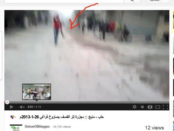 """Roter Pullover, Mann bewaffnet, er rennt vom Ort der """"Bombardierung"""" weg"""