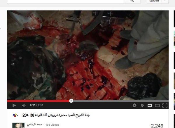 """Leichnam mit Gewehr malträtiert. Nein, an diese unvorstellbaren Grausamkeiten kann ich mich nicht gewöhnen auch nicht an die Nichtberichterstattung durch unsere Medien.  Wie hätte es ausgesehen wenn die Medien die Wahrheit gesagt hätten, wieviele Menschen könnten noch leben? Sie werden gezielt in den Tod hineingelogen, barbarische Mörder zu Helden erklärt. Wer ist die FSA? Macht ein Schal, ein Banner schon FSA aus? Sie haben beides im Gepäck, für Propaganda FSA, sonst die schwarze Fahne der Nusra oder gleich Al-Kaida.  Wer hat Al-Kaida kreiert?  Wie sagte Hillary Clinton : """"We created Al-Kaida"""" Und Al-Kaida kann sich jeder nennen oder auch FSA. Vom Westen unterstützt."""