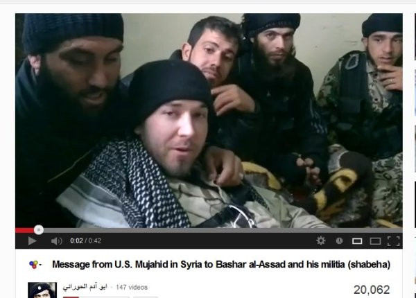 Amerikanischer Terrorist welcher mit Mord und weiteren Verbrechen droht im Kreise seiner Lieben, auch freiheitskämpfer genannt. In unseren Medien wird das Wort Terrorist immer in Anführungsstrichen geschrieben, auch wenn sie durch Selbstmordattentäter gerade Zivilisten zerissen haben