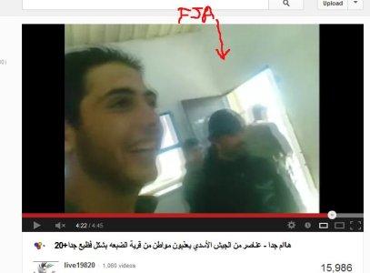 Die Oppositions-Terroristen haben Spaß bei ihrer Darstellung. immer wieder nehmen sie Blickkontakt mit den Filmern auf.
