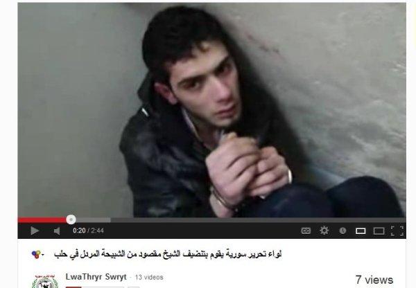 Ein junger Mann, blutend, mit Handschellen gefesselt, zusammengekauert in einer Ecke unter einer Treppenschräge