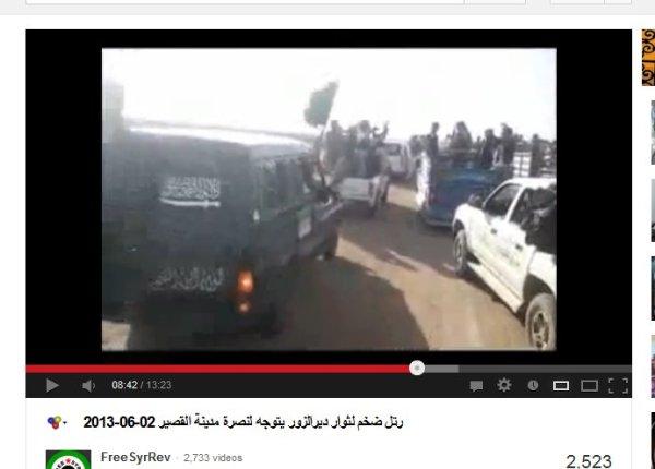 State of Irak and Syria, ein Fahrzeug dreifach beflaggt, mit Al-Kaida, mit FSA und saudischem Schwert...