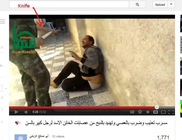 Der dazugekommene Terrorist hält ein Messer in der Hand