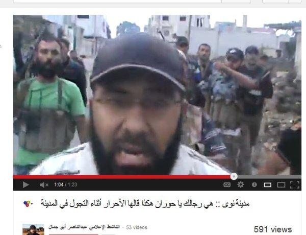 Die Faschisten touren dorch den Ort nachdem sie die soldaten beseitigt haben. Ich vermute sie haben einige ermordet. Der Yarmouk-Typ mit dem grünen Shirt und der kaputten Stimme weist in anderen Videos Identitätskarten vor. Den Mördern steht die Trophäe zu.
