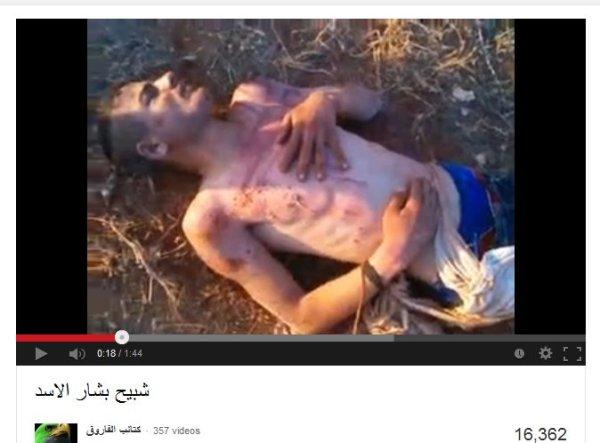 Ein gequältes Opfer unter den Augen der mordenden Oppositionellen