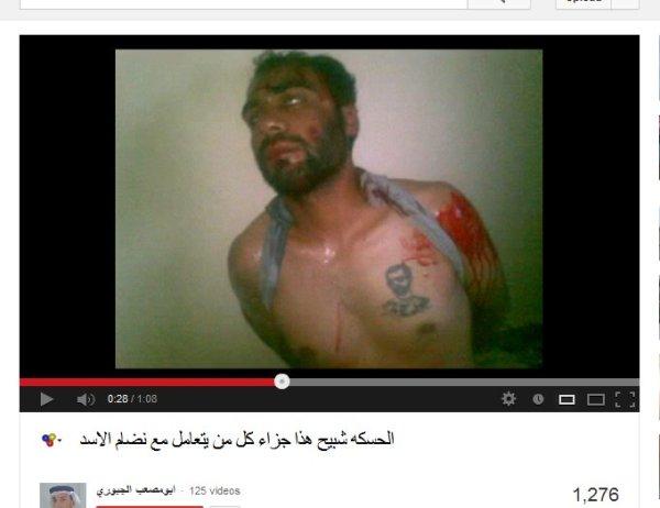 Das bestialisch gefolterte Opfer von den USrael-GCC-NATO-Mafia-Handlangern präsentiert. Er trägt eine Tätowierung über dem Herzen, ich vermute sein Herz gehört Syrien mit seinem legitimen Präsident