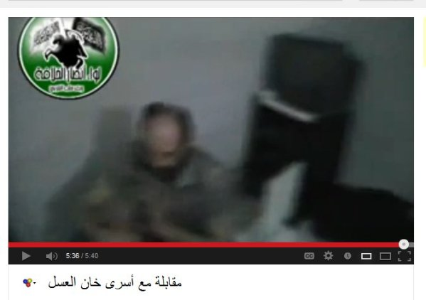 Der kommandeur noch im militärhemd, man kann nicht sehen ob er verletzt ist. Die Bildqualität zu schlecht