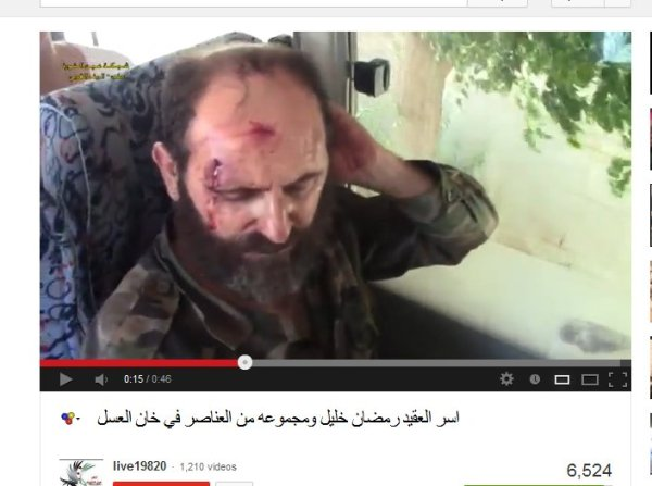 Kommandeur im Bus, verprügelt, mit Militärhemd