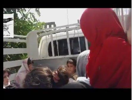 Dieses Mädchen mit rotem Kopftuch und roter Oberbekleidung, kurzärmlig, ist dem Mädchen im dem zweiten Terroristen-Video ähnlich.