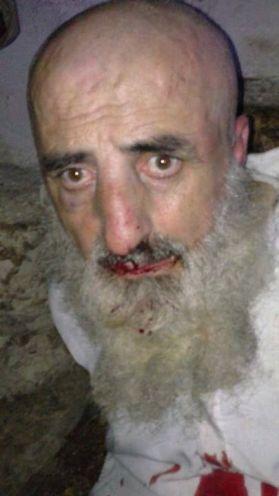 Gefesselt und mißhandelt. Die Verbrecher sind stolz einen regierungsloyalen Alawiten gefangen zu haben.