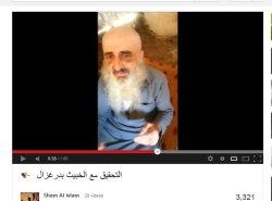 ein gläubiger Mann in Händen von westliche unterstützten skrupellosen Terroristen