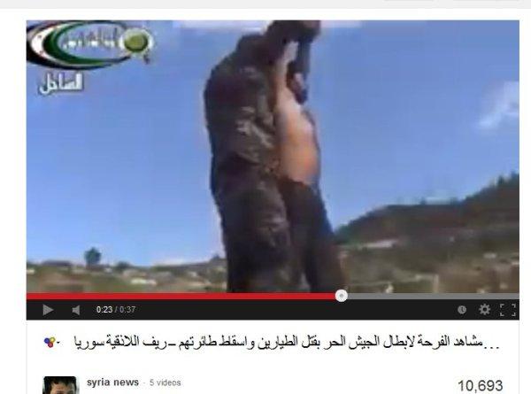 Auf einem dunkelgrünen Pickupdach stehend, von den Izz-Hawks-brigsden, mit dabei auch eine kurdische Terroristenmiliz.