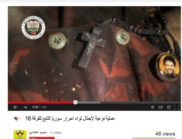 Das ist ein Ausschnitt aus einem Video, der Propagandist drehte das Medallion und zeigte auch das Kreuz welches er aus der  Kleidung im Halsbereich zog.