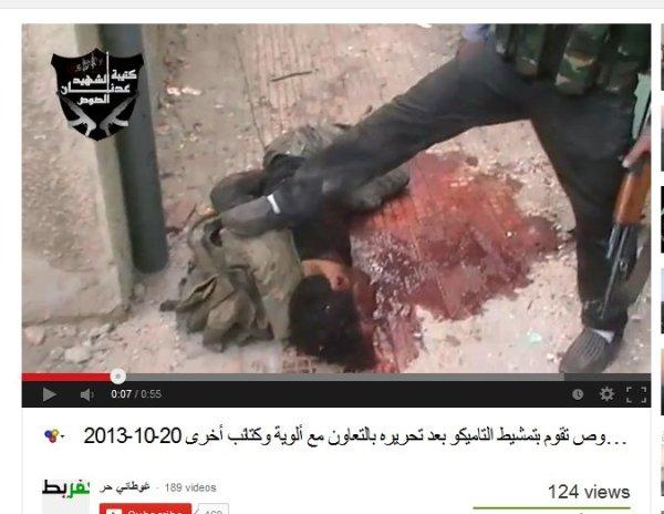 """Die Leiche später noch mit weiteren schüssen durchsiebt bis auch das Gehirn ausgetretenwar. Im Video die """"Rebellen"""" der FSA"""