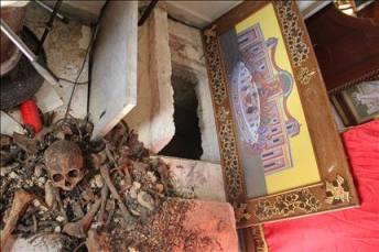 صورة رفات راهب قام تكفيريون بنبشها من قبر الكنيسة