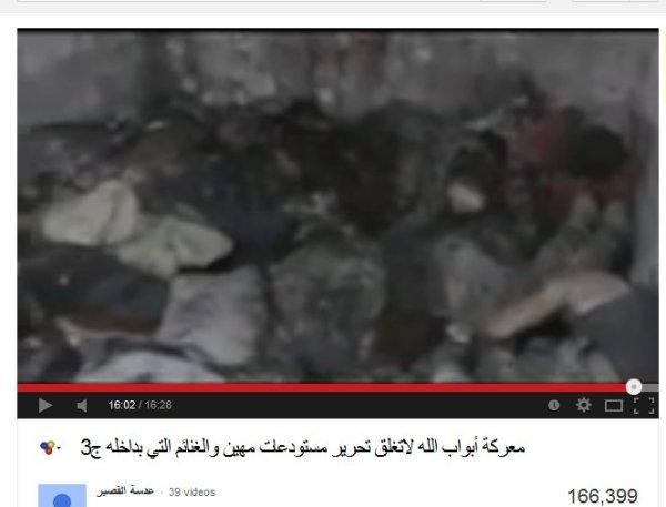Hadi und sein Kumpel filmt ermordete Soldaten, zusammengetrieben und massakriert von seinen Freunden.