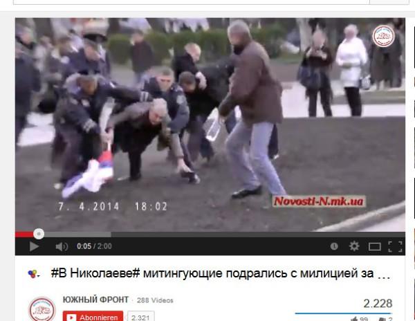 Polizei auf Seiten von Faschisten stürzen sich auf einen älteren Mann