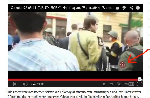 Die Nazis und die Polizei zusammen führen einen Mann weg.