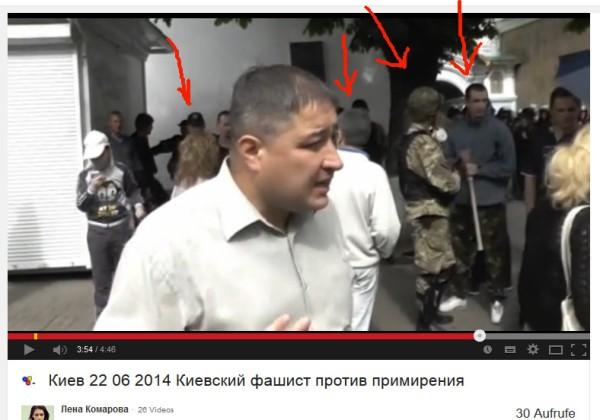 Faschisten der SNA, National Patrioten bewachen die Ein-und Ausgänge zum Kloster