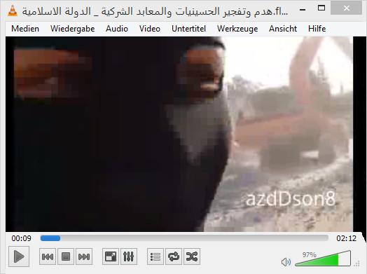 """Der vermummte Deutsche. Im Hintergrund ein Bulldozer welcher sie Wände und die Kuppeln der Moschee zerstört. Danach haben die """"Deutschen"""" den Moscheeturm unter Allahu Akbar gesprengt"""