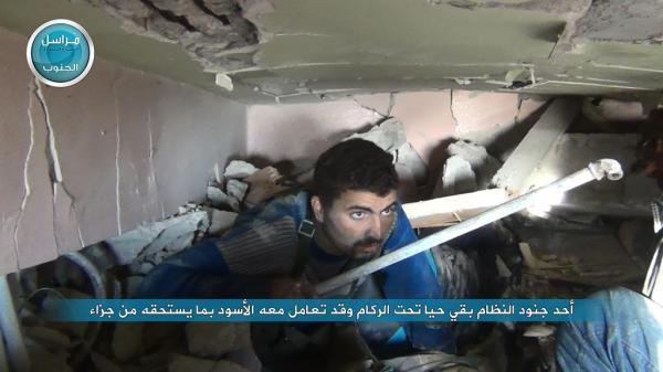 Soldat in der Hand der Nusra-terroristen